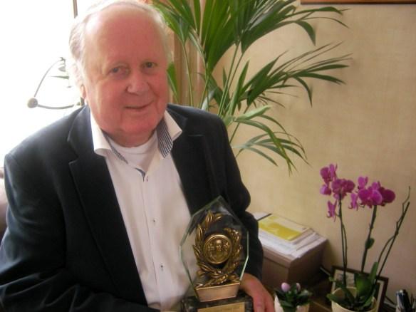 Aroe Bpekestijn is terecht trots op de trofee die hij van prinses Gracia ontving
