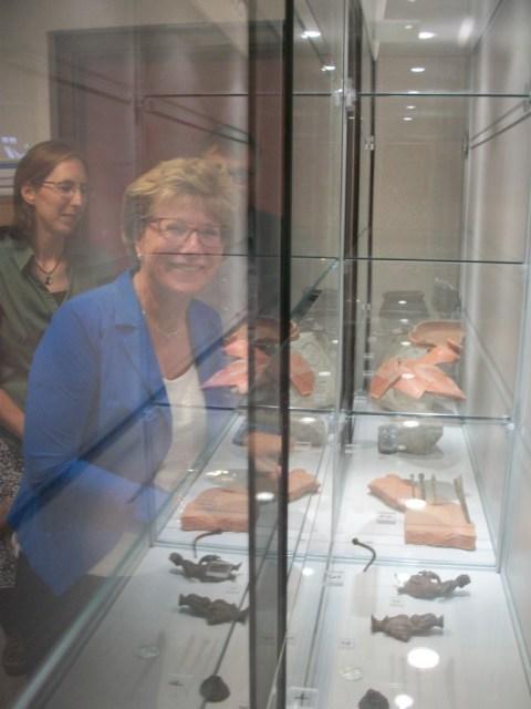 Wethouder Marga de Goeij bij de opening van de expositie