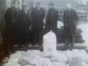 Bij Verhagen aan de Zuidweg in Naaldwijk  worden de zakken meel gelost.