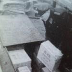 Een agent inspecteert de zending meel bestemd voor het wittebrood.