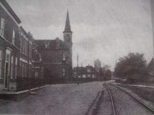 Zo naderde de tram vanuit Den Haag het dorp Monster langs de kerk door de Choorstraat.