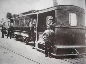 Een van de eerste trams, die in de negentiende eeuw door het Westland tuften
