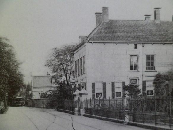 In Naaldwijk was aan het begin van de Dijkweg het eindstation vlakbij de r.k. kerk rechts