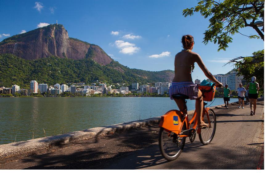 Passeio de bicicleta na Lagoa Rodrigo de Freitas pela manha, Rio de Janeiro
