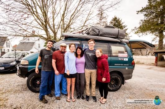 Jason, Jen, Abby e Sam nos encontraram no Starbucks e nos levaram pra casa.