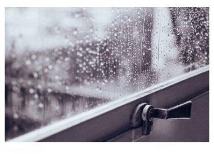 Janela fechada em dia de chuva