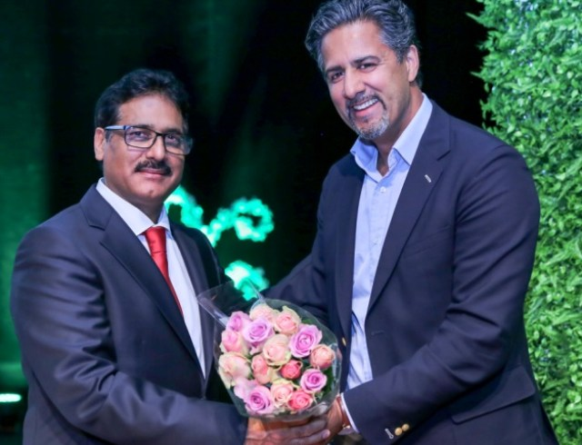 Ch Qamar Iqbal presents a bouquet to Abid Raja on Pakistan's Independence ceremony in August 2017