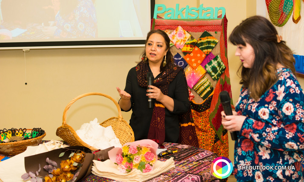 """Mrs. Seema Athar, wife of Ambassador of Islamic Republic of Pakistan to Ukraine, Maj. Gen (r) Athar Abbas conducted the master class of """" Tie and Dye"""" exhibiting various designs and their techniques."""