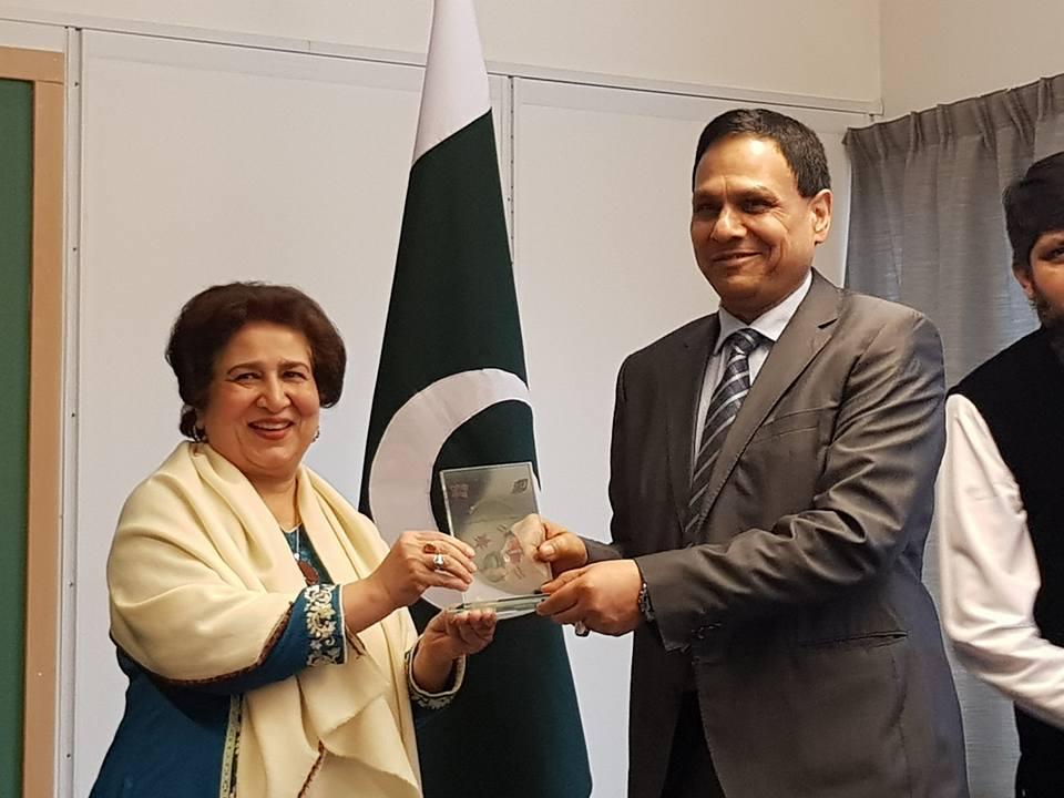 Malik Pervez receives Award from Riffat Masood