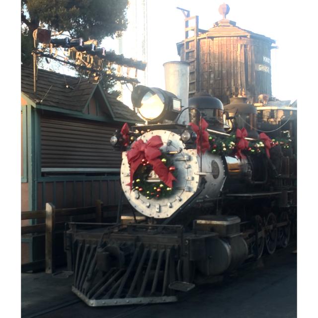 Knotts-Merry-Farm-Train-Christmas