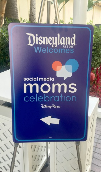 disney-social-media-moms-sign-outside