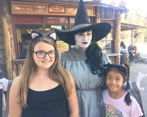 knotts-spooky-farm-pose-with-witch