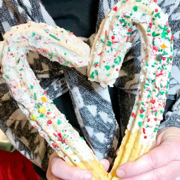 knotts-merry-farm-candy-cane-churro