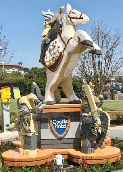 legoland-castle-hotel-statue