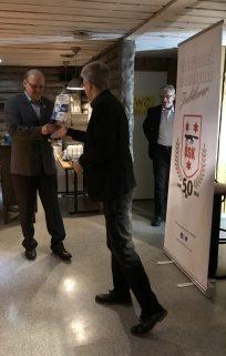 Norrbottens Idrottsförbund (Henrik Luttu) tilldelar ÖSK (Christer Töyrä) förbundets standar.