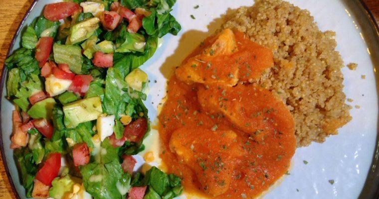Quinoa met zoete tomatensaus en een frisse salade