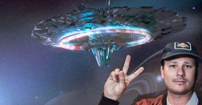 """Tom DeLonge diz que os OVNIs """"mudarão o mundo como o conhecemos"""""""