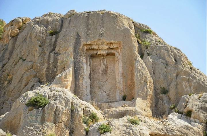 portal para outro mundo entalhado na rocha