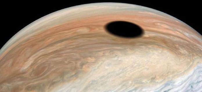 Júpiter tem um buraco negro? O mistério por trás da foto do planeta gigante