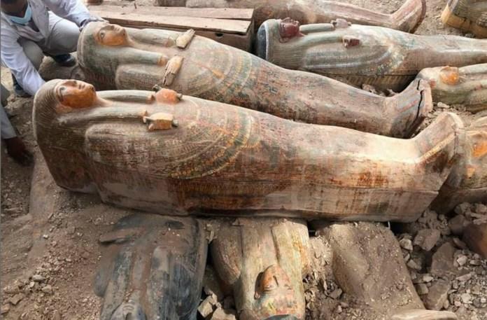 Arqueólogos descobrem mais de 20 sarcófagos selados, do jeito que os antigos egípcios os deixaram