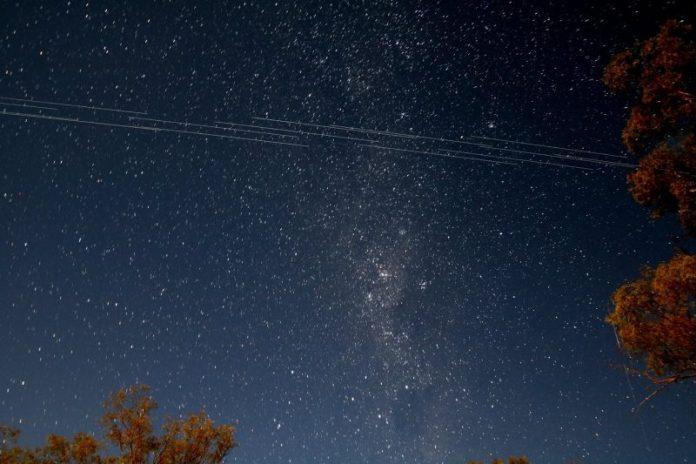 """SpaceX vai """"corrigir"""" satélites Starlink para não perturbarem a astronomia"""
