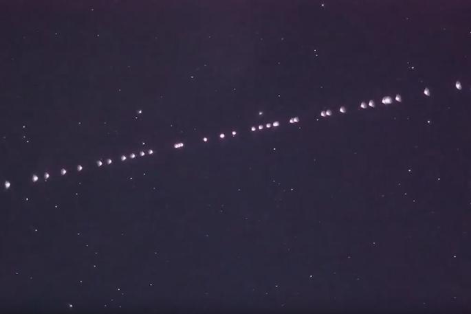 O que são aquelas luzes enfileiradas avistadas nos céus do Brasil e do mundo?