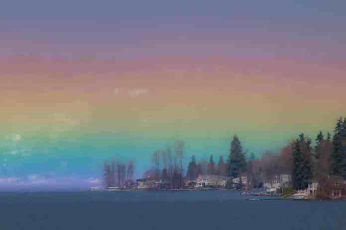 """Fotógrafo captura incrível """"arco-íris horizontal"""" enchendo o céu de cores"""