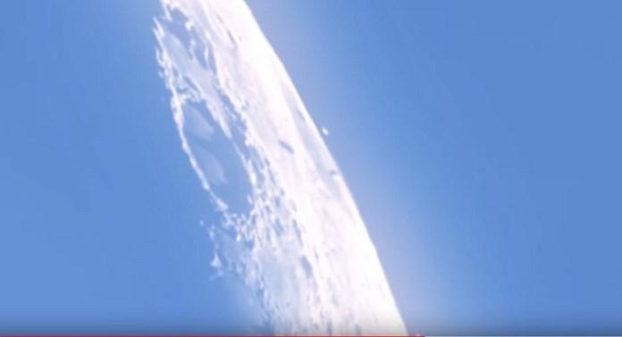 OVNIs sobrevoam a Lua, projetando suas sobras na superfície