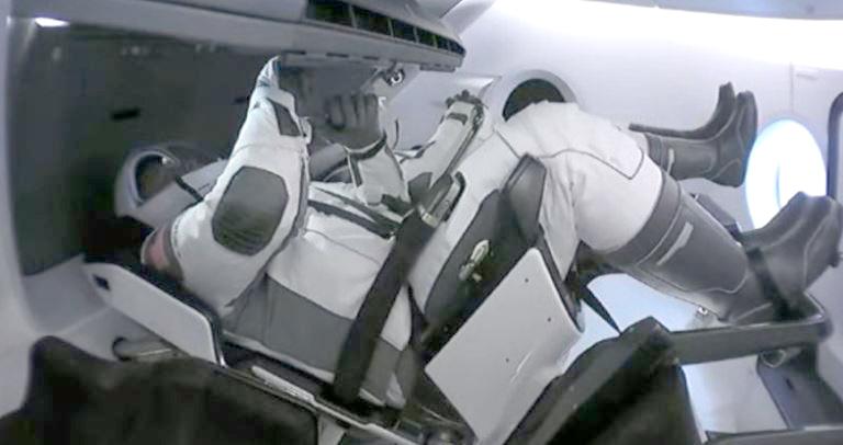 SpaceX faz história: lança astronautas da NASA em órbita
