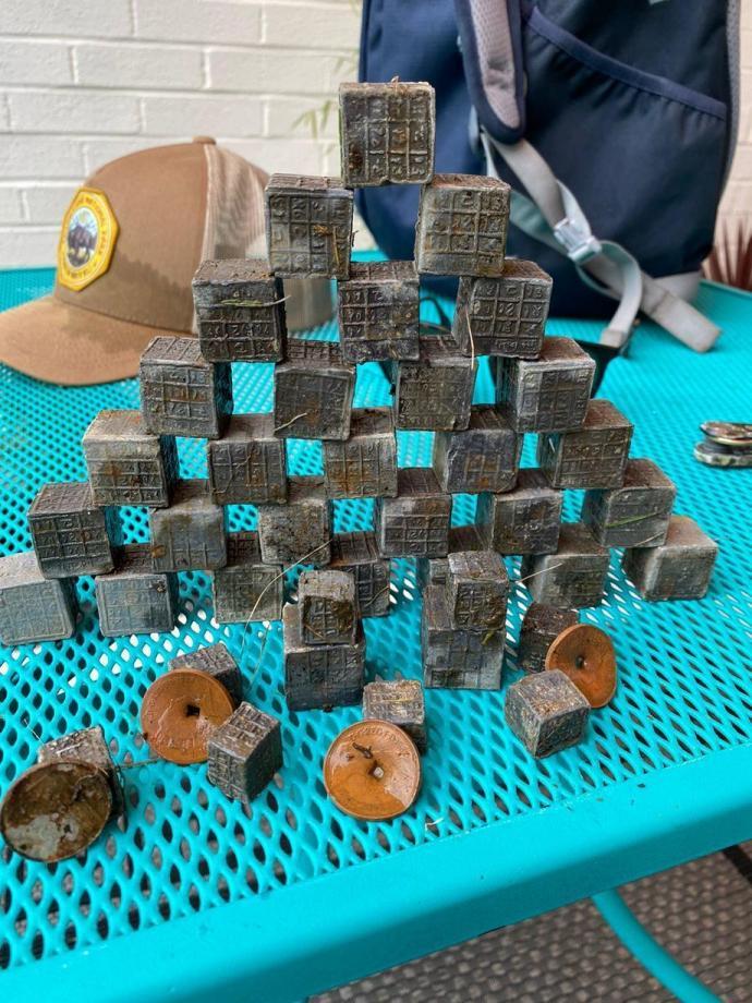 60 cubos de metal com inscrições estranhas são retirados do Rio Sowe