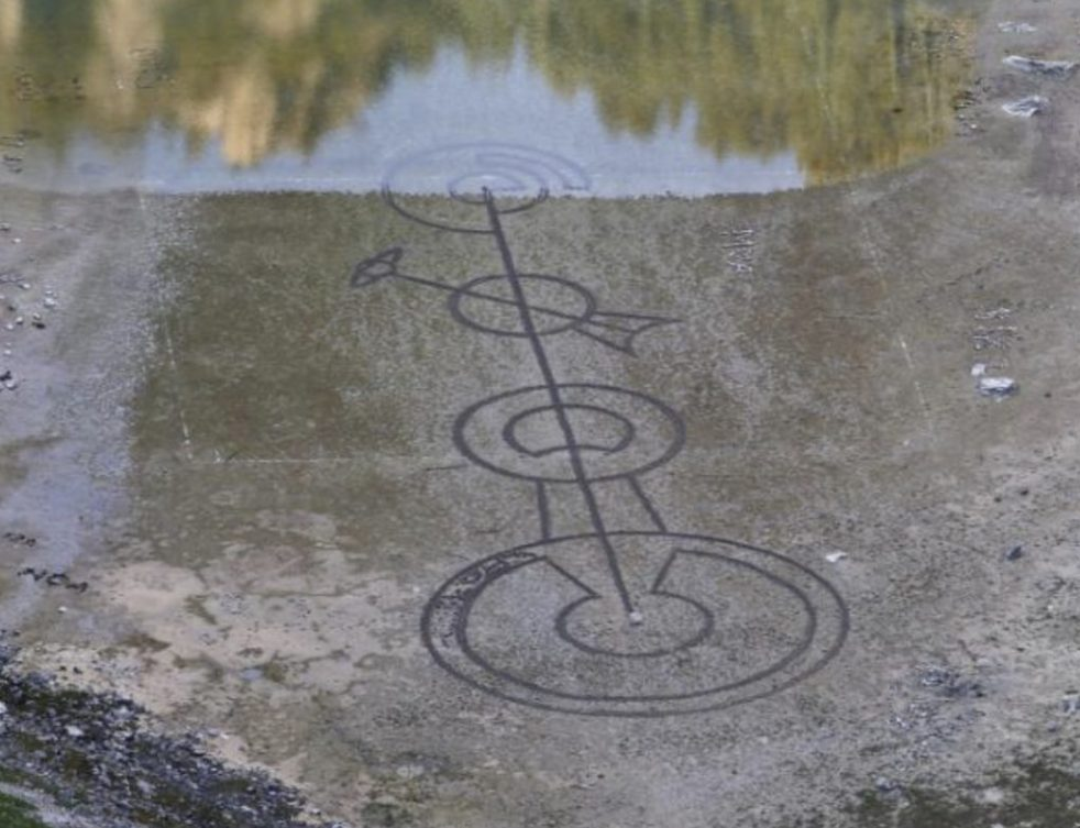 Símbolo misterioso aparece no fundo de lago drenado na Croácia