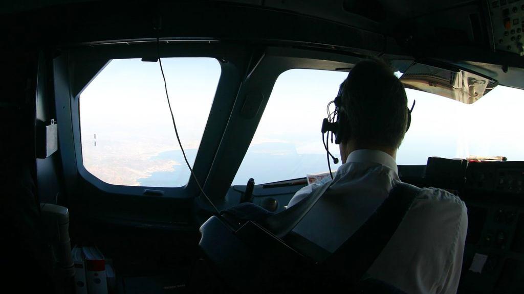 Avião comercial encontrou OVNI cilíndrico  sobre o Novo México - EUA