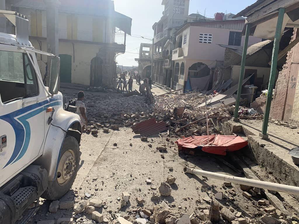 Terremoto devastador atinge o Haiti - pessoas enterradas sob os prédios