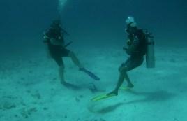 Mexiko, Isla Mujeres: An- und Ablegen des Bleigurtes und des BCD (Buoyancy Control Device oder Tarierweste) samt Flasche gehören zur Ausbildung dazu.