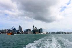 Devonport: Blick von der Fähre zurück nach Auckland
