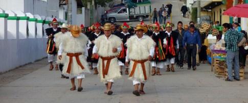 San Cristobal, San Juan Chamula: Stolze Tzotzil im traditionellen Gewand auf dem Weg zur Zeremonie in der Kirche