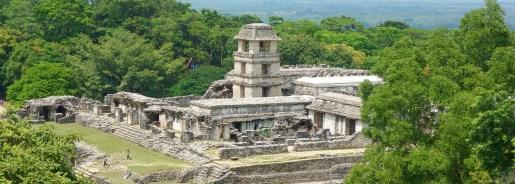 Palenque: El Palacio, der Palast im Osthof mit dem vierstöckigen Turm ist das bekannteste Gebäude und Aushängeschild der Maya-Stadt