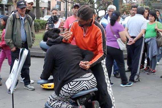 Otti bekommt auf dem Plaza Grande in Quito eine hervorragende Shiatsu-Massage von Ricardo del Grosso aus Argentinien