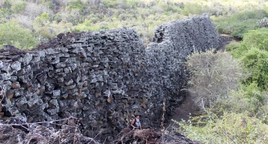 Galápagos, Santa Isabela: Die berüchtigte El Muro de las Lágrimas, the wall of tear oder in Deutsch die Mauer der Tränen