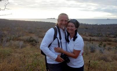 Galápagos, Santa Cruz, Cerra Dragone: Wir auf dem Cerro Dragone und im Hintergrund die Bucht und die Insel Rábida