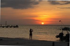 Mexico, Isla Holbox: Otti beim Fotografieren eines wunderschönen Sonnenuntergangs