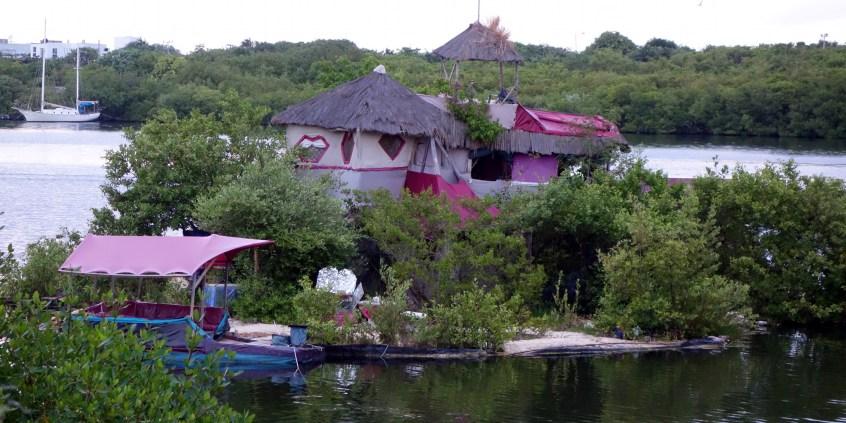 """Mexiko, Isla Mujeres: Floating Bottle Island des britischen Künstlers Richart """"Rishi"""" Sowa"""
