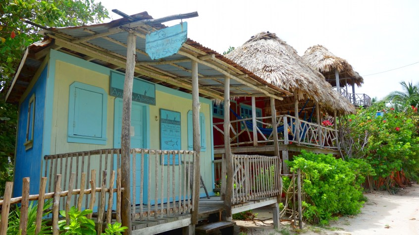 Belize, Caye Caulker: Gebaut wird mit dem was verfügbar ist, aber immer mit viel Farbe