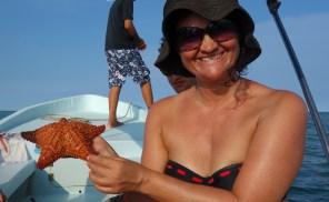 Belize Barrier Reef: Ein interessantes Lebewesen, das ohne Wasser nicht leben kann und links einen Seestern