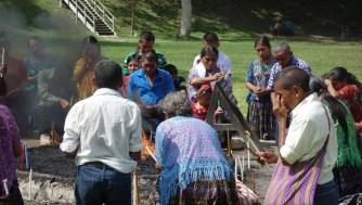 Guatemala, Tikal, Maya-Zeremonie: Gemeinsam wird letzte Hand angelegt