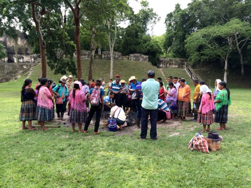 Guatemala, Tikal, Maya-Zeremonie: Das Ritual kann beginnen