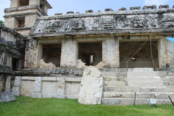 Palenque: Teilrestaurierter Sockel und Treppe des El Palacio im Osthof
