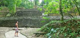 Palenque: Otti vor dem Templo XIX ist ganz gebannt vom Geschrei der Brüllaffen. Dieses Gebrüll war der Sound der Dinosaurier in Jurassic Park