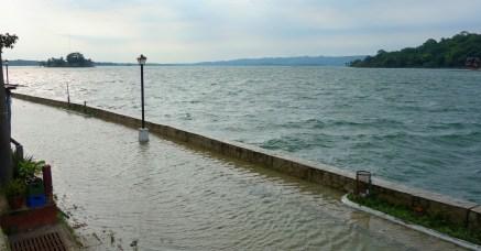 Guatemala, Flores: Überflutete Uferpromenade und starker Wellengang auf dem See
