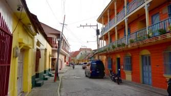 Guatemala, Flores: Kleine Gassen und teils farbenfrohe Fassaden